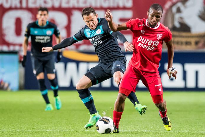 Foute boel in Enschede voor PSV, waar Andrés Guardado met balverlies de 2-2 inleidde.
