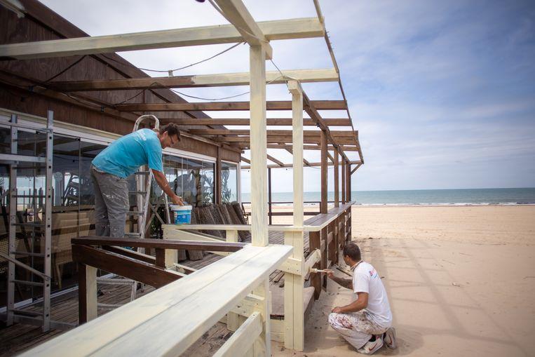 In Cádiz worden er alvast werkzaamheden verricht aan deze strandbar, zonder te weten wanneer ze open kunnen.  Beeld Getty Images
