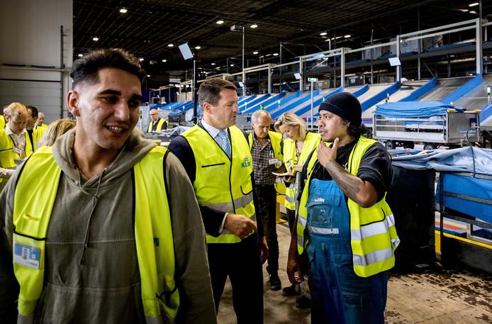 Pieter Elbers, directeur KLM in gesprek met een medewerker van KLM Cargo.