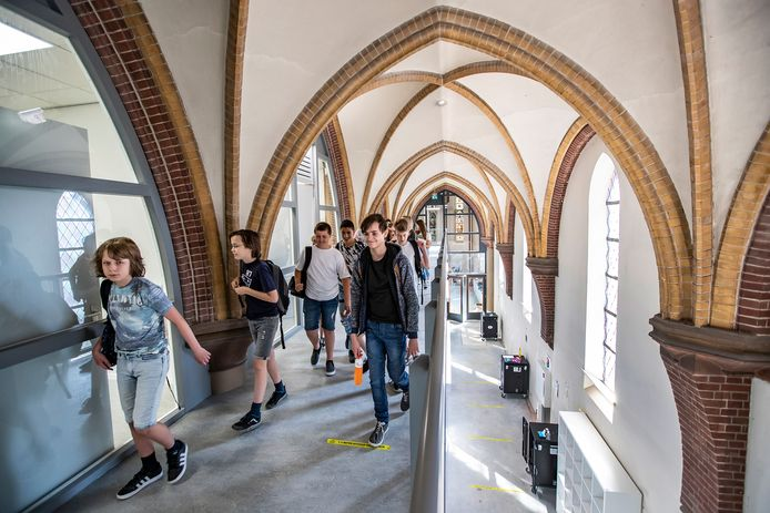 Klas 1B zoekt een weg naar hun lokaal in de Heilig Hartkerk.