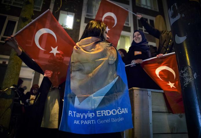 Turkse Nederlanders vieren in het centrum van Rotterdam de uitslag van het Turkse referendum.