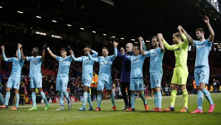Spelers van PSV danken hun supporters. Beeld photo_news