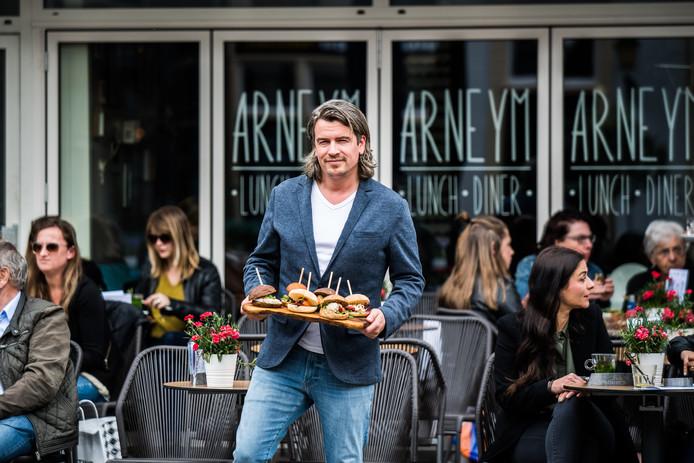 """Gijs Burgers van Arneym aan de Jansplaats toont zijn variant op de pinxtos uit Spanje. ,,Die  kleine plakjes stokbrood in sandwichvorm die je na afloop met de prikkers in de hand afrekent. Ik heb daar een eigen variant op bedacht met broodjes."""""""