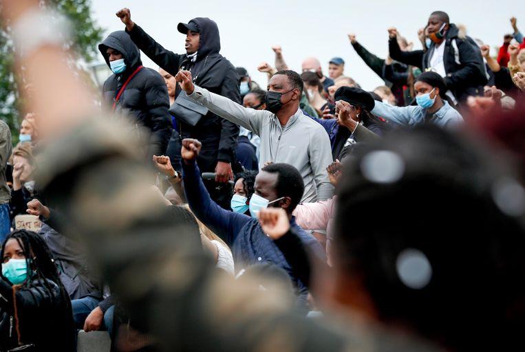 Aanwezigen ballen gezamenlijk hun vuist bij het protest tegen racisme in het Nelson Mandelapark vorige maand. Beeld Hollandse Hoogte/ANP