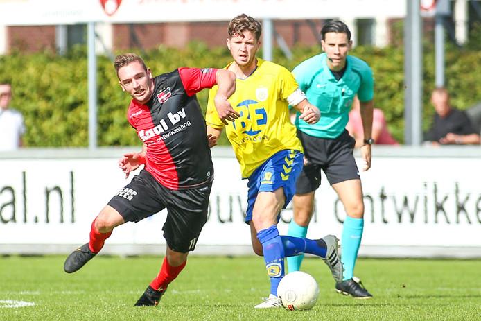 Coen Maertzdorf eerder dit seizoen in de thuiswedstrijd in duel met Lisse-speler Rik Vermeulen.