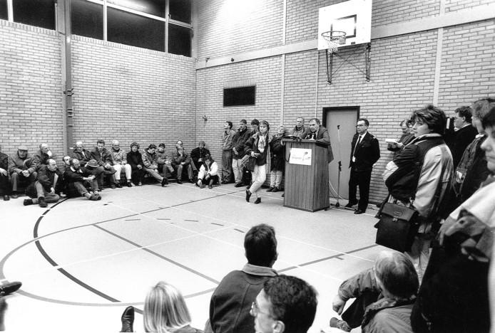 Januari 1995: burgemeester IJssels brengt in sporthal Oosterbliek slecht nieuws aan de inwoners van Oost: zij moeten evacueren om hoogwater.