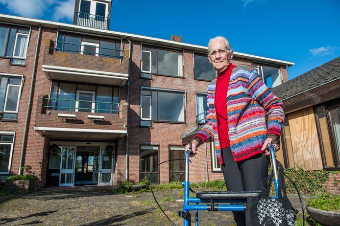 Nieuwkoop, de kwieke mevrouw Joke Turkenburg (83) heeft jarenlang in het Koetshuis gewerkt. Mevrouw voor het pand, en nog één keer in het pand, symbolisch meteen sloophamer in de hand.