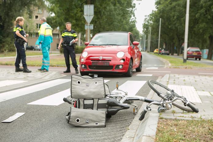 Op een oversteekplaats op de Randweg in Arnhem-Zuid is donderdagochtend een vrouw op een fiets aangereden door een auto