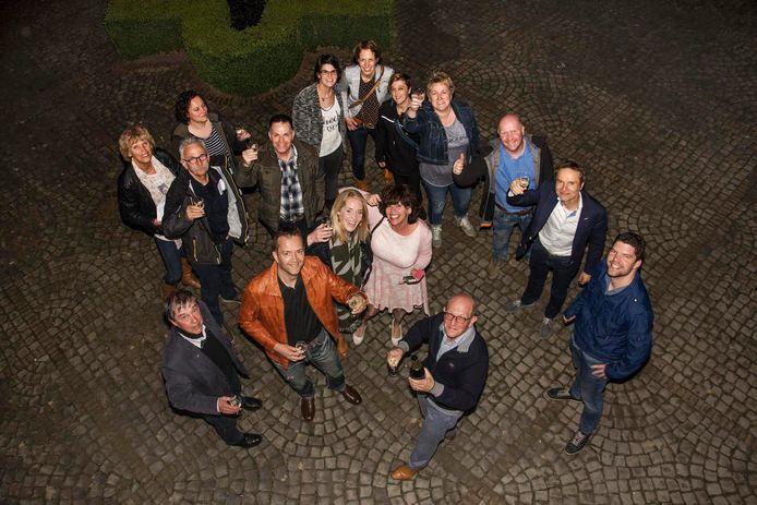 Esbeek viert feest goedkeuring kerkverbouwing. De champagnefles gaat open op de binnenplaats van het Gemeentehuis van Hilvarenbeek. De raad heeft zojuist unaniem goedkeuring gegeven aan een verbouwing van de kerk van Esbeek.