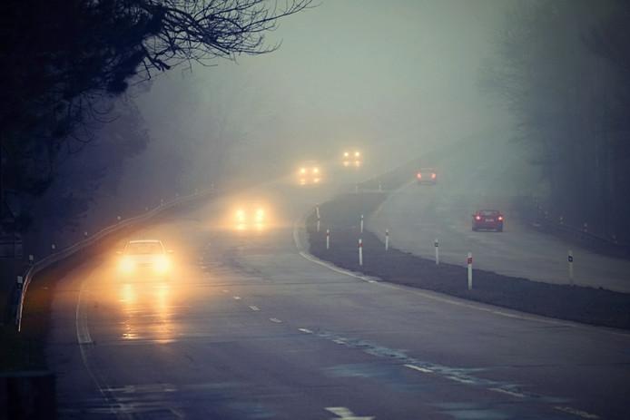 Dichte mist kan voor gevaarlijke situaties op de weg zorgen.