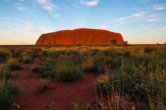 De rots rijst op uit een relatief vlak gebied. De ontdekkingsreiziger William Gosse was in 1873 de eerste blanke die de berg zag. Hij noemde hem naar de industrieel Henry Ayers, die vijf keer premier van Zuid-Australië was. Op 26 oktober 1985 werden de Anangu, de lokale Aboriginals, weer eigenaar van Uluru.
