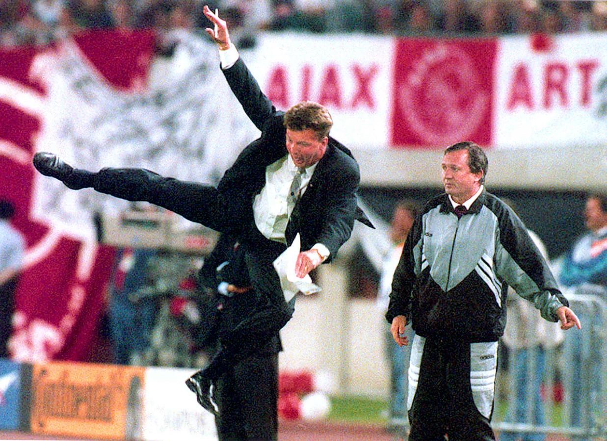 Louis van Gaal maakte een acrobatische sprong na een overtreding tijdens de finale van de Champions League Ajax tegen AC Milan op 24 mei 1995.