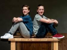 Soof-tweeling bibbert voor auditie van theatergroep