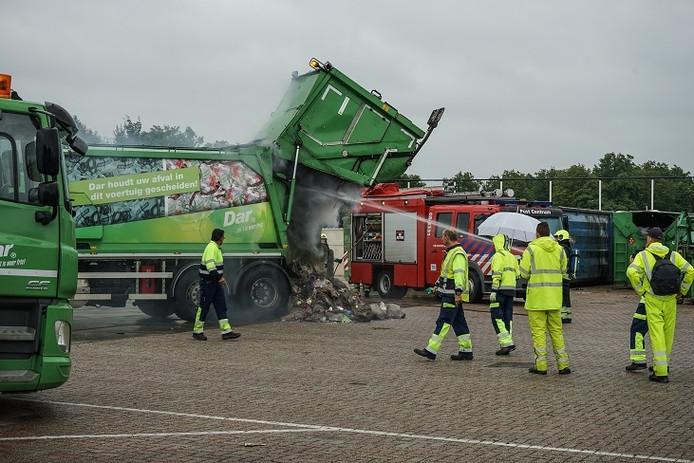Brandende vuilniswagen op het terrein van de DAR in Nijmegen