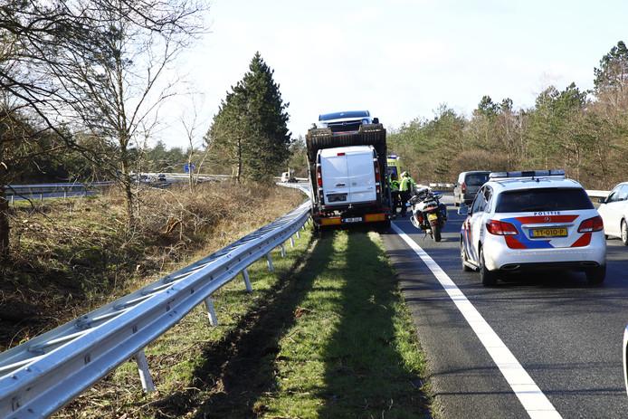 Vrachtwachtwagen in de berm langs de A28, met een file als gevolg.