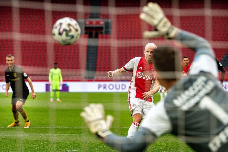 Davy Klaassen scoort de 4-1 uit een penalty. Beeld Guus Dubbelman / de Volkskrant