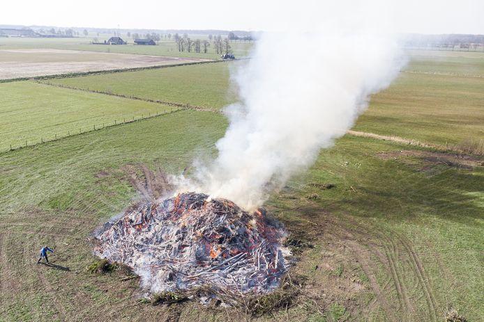 Bij het ontsteken van het paasvuur in Holterbroek mocht geen publiek aanwezig zijn.