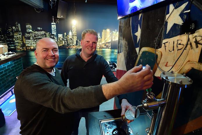 Toine van Aalst en Erik van den Broek tappen een eerste biertje uit de zelftaptafel.