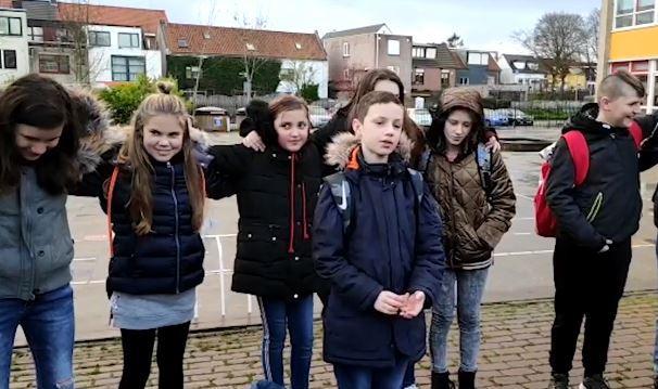Groep 8 van de Kennedyschool in Fijnaart hield maandagochtend een herdenking voor de omgezaagde kastanje op het schoolplein.
