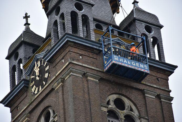De wijzerplaten van de kerk in Erp zijn weer terug