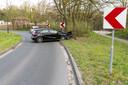 Bestuurder mist bocht en ramt boom in Oosterhout