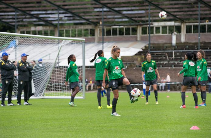 De vrouwen van het Braziliaanse voetbalelftal 'sjotten met de bledder op de Waogeningse huch'.