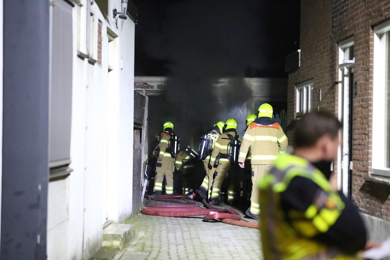 Brand bij een autoservicebedrijf in Velp.