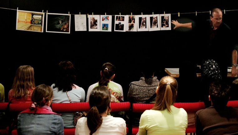 Kinderen volgen op de Dag van de Jonge Jury een workshop tekenen van kinderboekenillustrator Roelof van der Schans in 2005 Beeld ANP