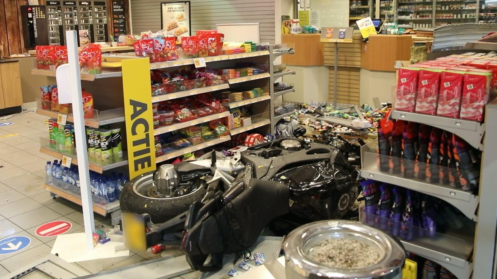 De motor van de Huissenaar waarmee hij een tankstation in Elst binnenreed.