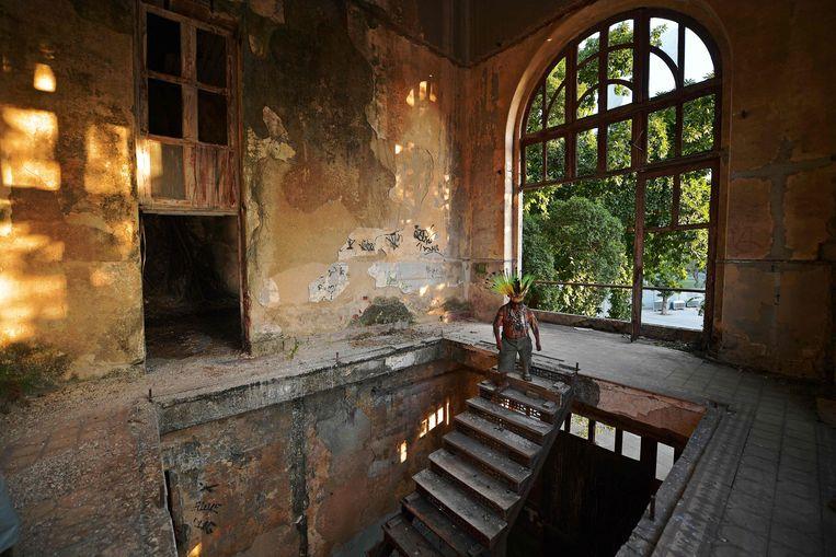 Korubo Isolado poseert in het verlaten en uitgebrande museum in Rio de Janeiro, Brazilië.