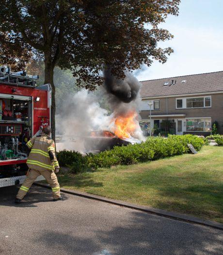 Brandweerlieden blussen auto in Zevenaar