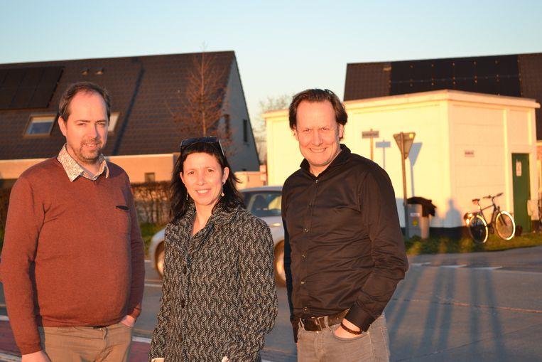 Claudio Saelens, Anja Coens en burgemeester Jos Sypré in de straat.