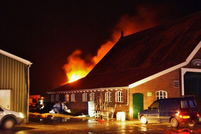In de loods achter de boerderij werd in december 2017 na een uitslaande brand een hennepkwekerij ontdekt.