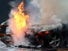 Auto volledig uitgebrand bij bedrijf in Oldenzaal; pand loopt rookschade op