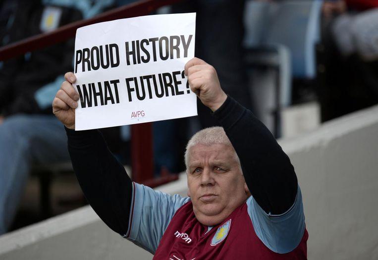 Een supporter van Aston Villa uit zijn onvrede. Beeld anp
