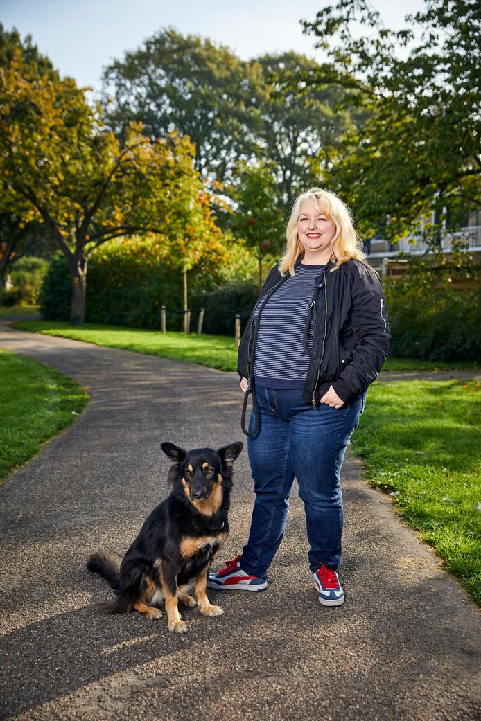 Jenny Klijnsmit met haar hond Sookie. ,,Ik ben vooral blij met wat mijn lichaam allemaal voor mij doet.''