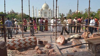 Twee torentjes van Taj Mahal beschadigd door storm