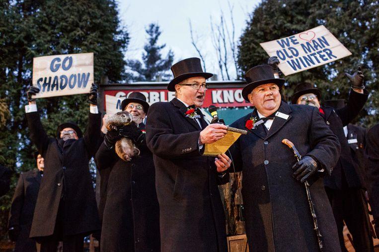 Bill Deeley, voorzitter van de Groundhog Club, en Jeff Lundy, vice-voorzitter, kondigen aan dat Phil zijn schaduw gezien heeft tijdens de 131ste viering van Groundhog Day in Punxsutawney,Pennsylvania.