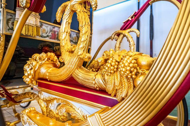 Tussen de twee achterwielen zijn goudkleurige hoornen des overvloeds aangebracht. Zij symboliseren de welvaart die de koning geacht wordt zijn land te brengen Beeld Raymond Rutting