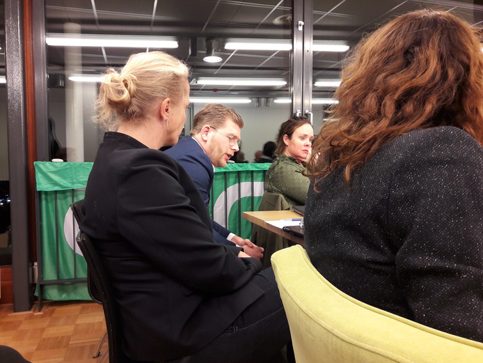 Jan van Ginneken, beoogd lijsttrekker, tracht in de ledenvergadering van afgelopen november Oisterwijkse D66-leden ervan te overtuigen om zelfstandig aan de gemeenteraadsverkiezingen deel te nemen