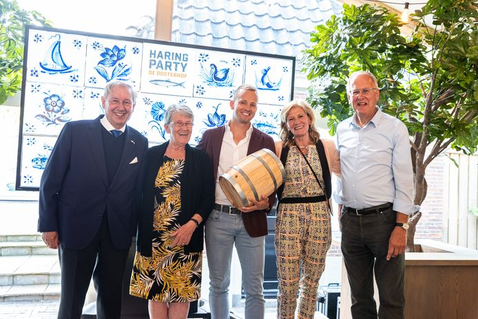 Vorig jaar leverde Haringparty De Oosterhof 110.000 euro op voor hospice De Reggestroom.  Links: Bernhard Kobes en Chris Klaassen, rechts: Trina Buter en Evert Voortman van De Reggestroom. In het midden staat ondernemer Jan Willem Tusveld, die het vaatje haring kocht.