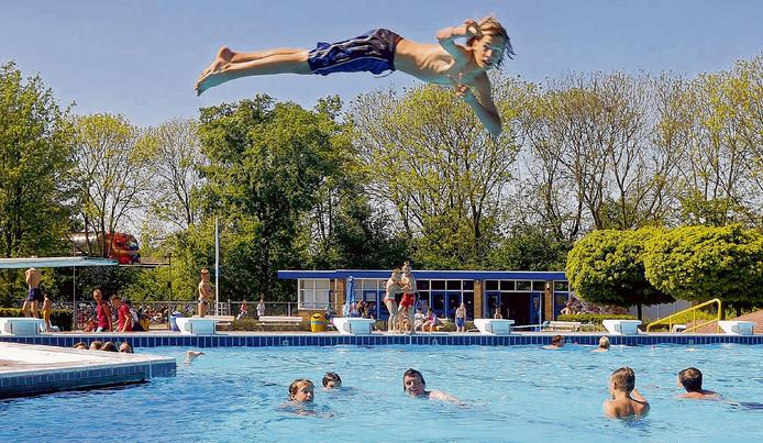 In duikvlucht de sier maken in zwembad De Ganzewiel in Raamsdonksveer.
