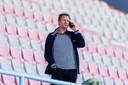 Pascal van Wijk, druk aan de telefoon tijdens het winterse trainingskamp van Vitesse in Portugal.