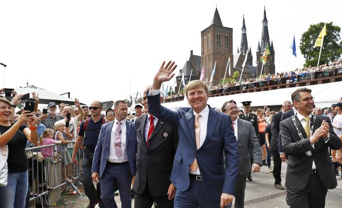 Koning Willem-Alexander verrast wandelaars en publiek vrijdag met een bliksembezoek aan Cuijk.