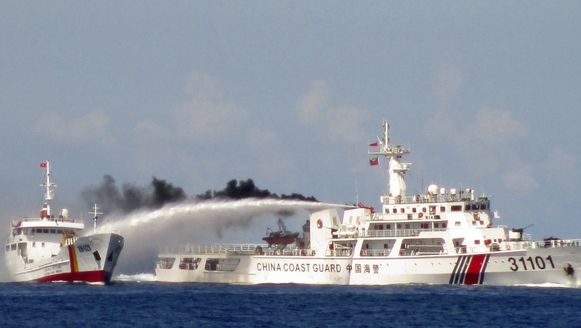Een Chinees schip gebruikt een waterkanon tegen een Vietnamees schip, vorige week in de Zuid-Chinese Zee.