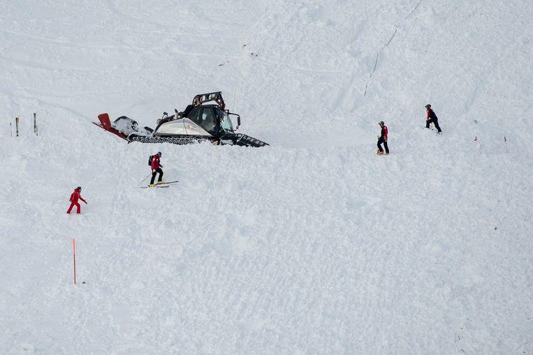 Reddingswerkers zoeken naar vermiste skiërs.