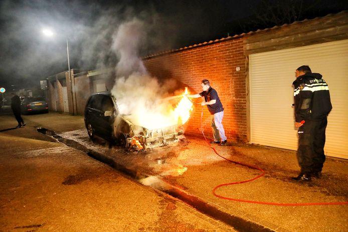 Autobrand aan het Perzikhof in Oss.