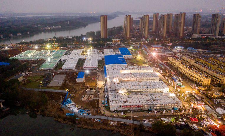Het noodziekenhuis in Hubei dat binnen tien dagen is gebouwd. Er is plek voor 1.000 bedden. Beeld EPA