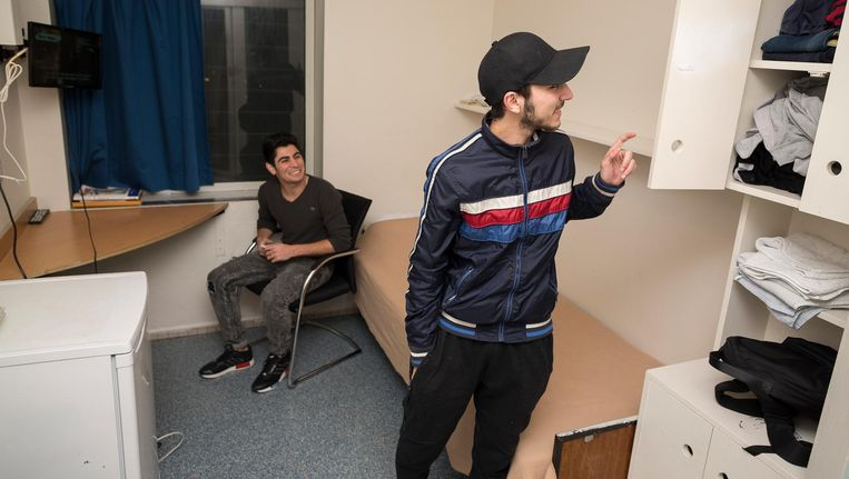 Shant (r) en Hagop in de kamer van Hagop. Binnen een maand zullen ze een verblijfsvergunning krijgen Beeld Rink Hof