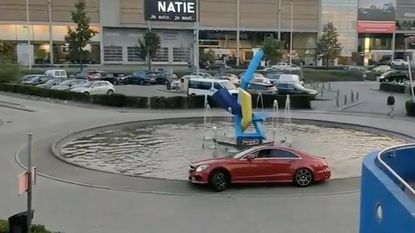 Verstrooide bestuurder rijdt met Mercedes in fontein